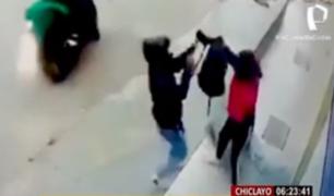 Chiclayo: 'raqueteros' en moto asaltan a joven