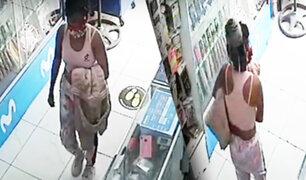 Mujer roba laptop de una tienda de venta de celulares