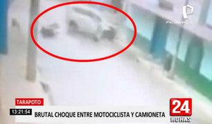 Cámara registra violento choque entre una moto y una camioneta en Tarapoto