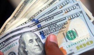 Dólar cae fuertemente al inicio de sesión cambiaria este lunes