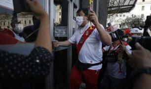Richard Swing: manifestantes le lanzaron botellas para obligarlo a salir de plaza San Martín