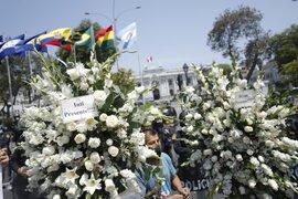 Fachada del Congreso luce con flores de duelo en memoria de los dos jóvenes fallecidos