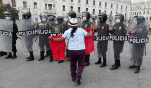 Ministro Vargas sobre violencia en protestas: Sanción para policía que denigró el uniforme