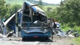 Brasil: al menos 40 muertos dejó aparatoso choque entre autobús y camión