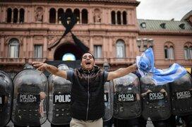 Se registraron disturbios durante el inicio del velorio de Maradona