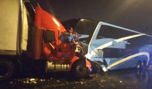 Choque frontal entre ómnibus y tráiler deja un muerto y doce heridos en Chimbote