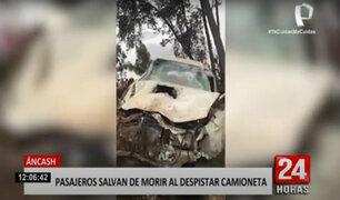 Cuatro personas se salvan de milagro de caer a un abismo junto a su camioneta