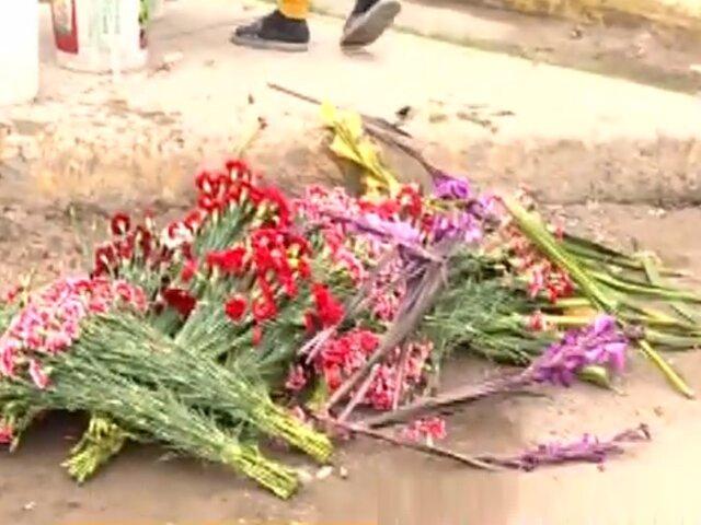 Comerciantes tiran flores a la basura tras cierre de cementerios en Lima
