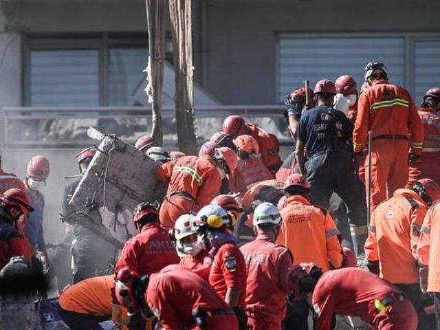 Turquía: hallan con vida a dos niñas en escombros tras terremoto en Esmirna
