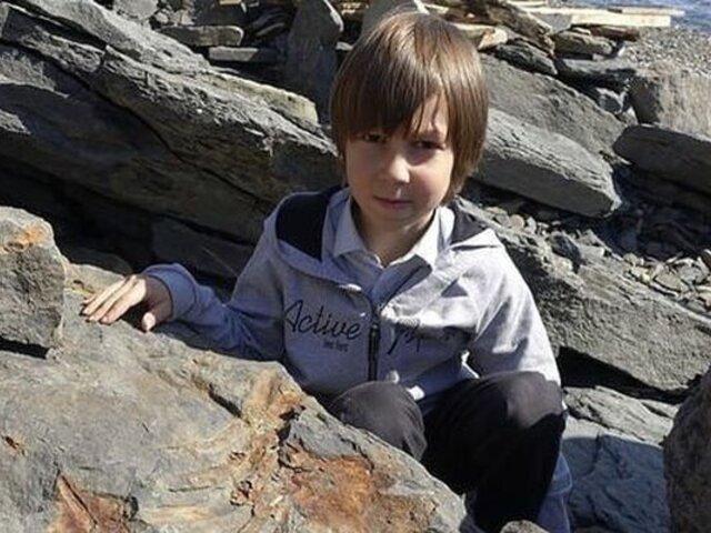 Niño descubrió fósil de dinosaurio mientras jugaba en playa