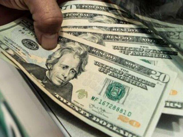 Dólar sube por cuarto día consecutivo ante incertidumbre política