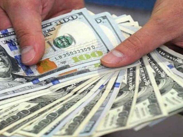 Dolar registró ligera subida a media jornada de este viernes