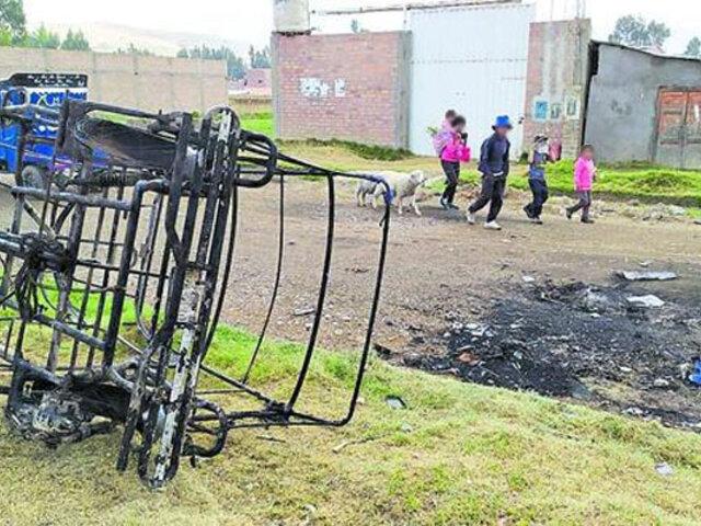 Huancayo: Golpean adolescentes y queman mototaxi que presuntamente usaban para robar