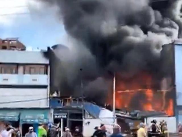 Cusco: voraz incendio destruye almacén de plástico