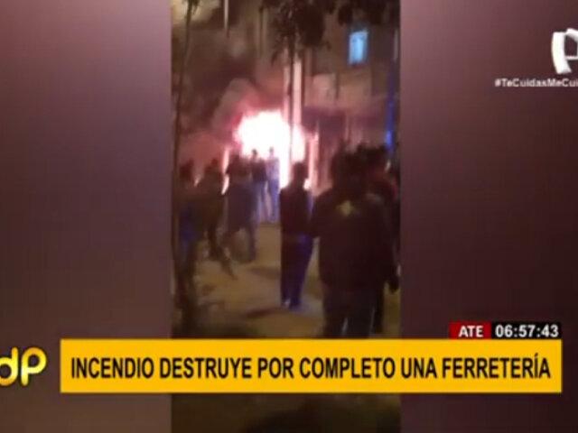 Incendio destruyó por completo una ferretería en Ate