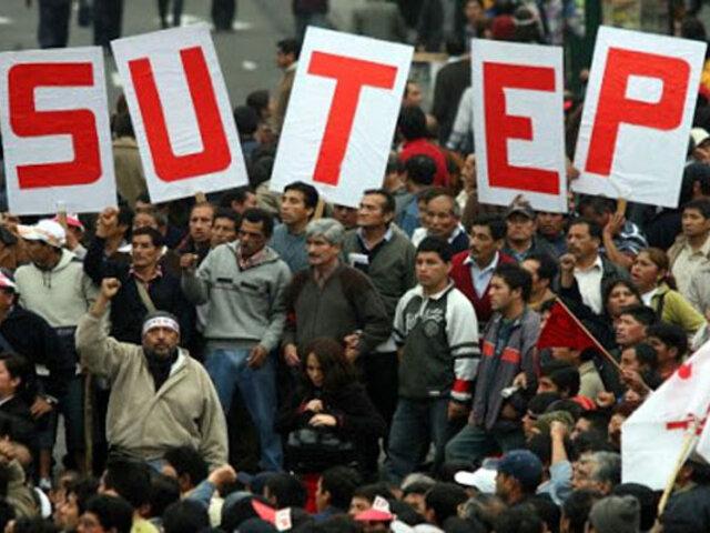 Miembros del Sutep y la CGTP realizaron plantón frente al  Congreso