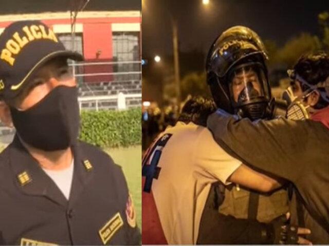 Habla policía que fue fotografiado abrazando a dos jóvenes manifestantes durante marcha