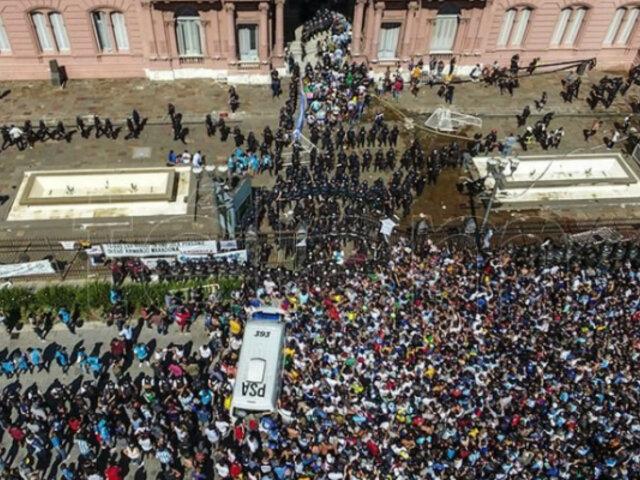 EN VIVO  |  Diego Maradona: partió el cortejo fúnebre desde la Casa Rosada en medio de una multitud