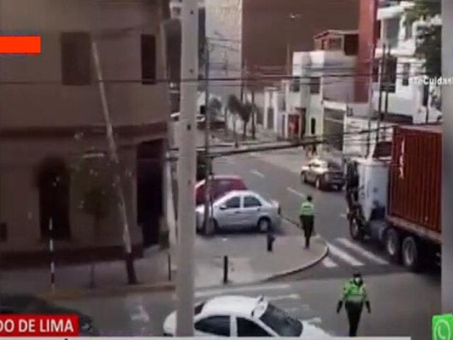 Cercado de Lima: Tráiler se engancha en cables aéreos y deja postes a punto de caer
