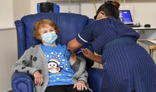 Una mujer de 90 años es la primera persona en recibir la vacuna de Pfizer contra la Covid-19