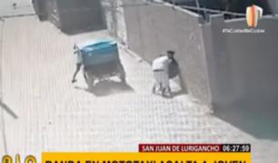 SJL: cámara registra cobarde ataque de 'raqueteros' a un joven