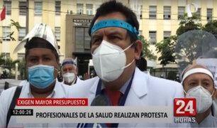 Profesionales de salud protestan por mayor presupuesto para el sector