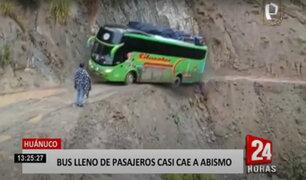 ¡De infarto! bus lleno de pasajeros estuvo a punto de caer a un abismo