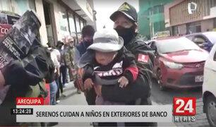 Noble labor: personal de serenazgo en Arequipa cuida niños en los exteriores de banco