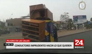¡Peligro en las calles! Ciudadanos imprudentes transportan objetos pesados con puertas abiertas