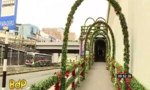Familia venezolana adorna puentes en la av. Grau por Navidad