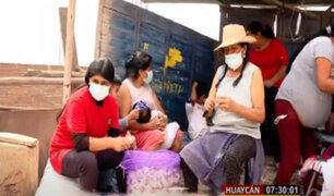 Huaycán: madres pelan ajos para sacar adelante a su familia