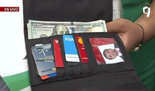 Taxista busca a pasajera que olvidó su billetera