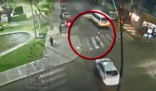 Imágenes muestran el momento que un taxi atropelló violentamente a una joven
