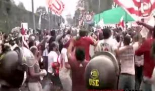Universitario vs Sporting Cristal: hinchas se aglomeraron en 'banderazo' antes del encuentro