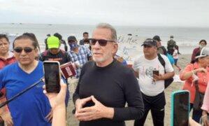 Belmont desacató restricciones y acudió a la playa generando aglomeración