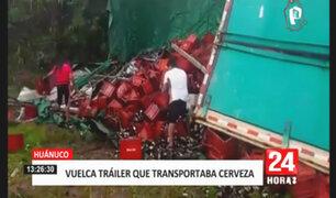 Huánuco: tráiler que llevaba cajas de cerveza se volcó en la carretera