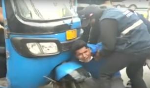 Surco: conductor se aferra a su mototaxi para evitar que fiscalizadores se la lleven