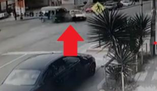 Fiscalizador es atropellado tras aparatoso choque entre combi y un auto en La Victoria