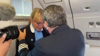 Tripulante llora al aterrizar en Argentina con primer lote de vacunas anti Covid-19