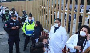 México: médicos y enfermeras realizan largas colas para vacunarse contra el Covid-19