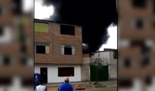 Reportan que voraz incendio afecta un depósito de autos ubicado en Ate