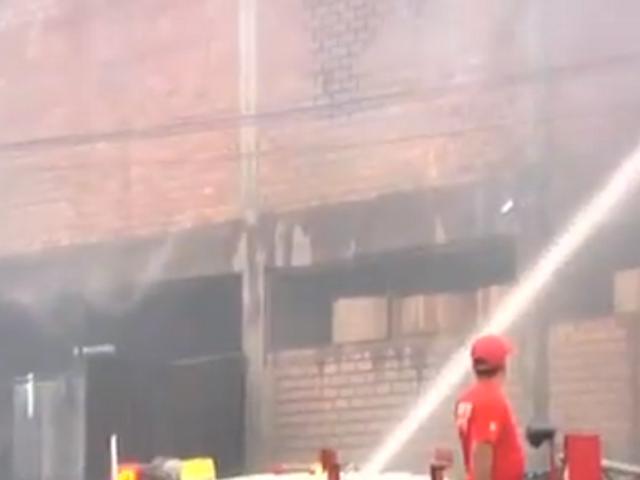 San Luis: se registró gran incendio en almacén de fábrica de papel