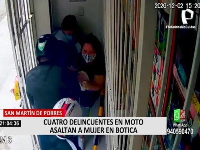 Comas: Ladrones en moto asaltan a mujer frente a una persona de la tercera edad.