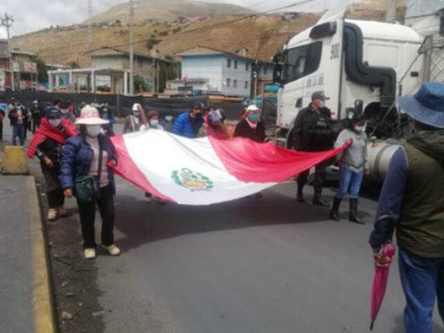 Trabajadores de Doe Run Perú se movilizan pacíficamente por la Carretera Central