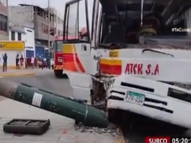 Surco: cuatro heridos dejó choque de cúster contra un poste