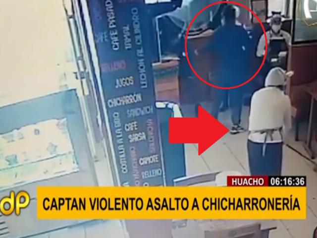 Trabajadora de restaurant trapea el piso durante asalto para despistar a delincuentes