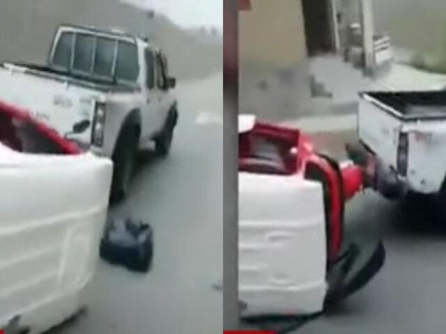 Villa María del Triunfo: Captan a fiscalizador arrastrando mototaxi con pasajeros