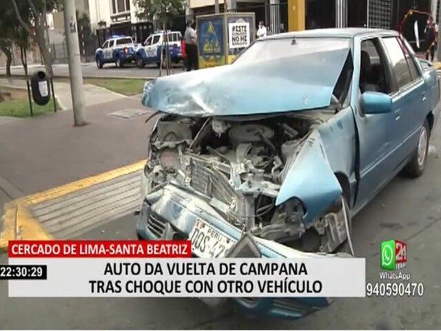 Cercado de Lima: Auto da vuelta de campana tras choque con otro vehículo