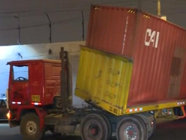 Cercado de Lima: reportan accidente de tránsito en el que un container está a punto de caer