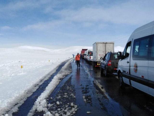 Cientos de vehículos varados por intensa nevada en la carretera Arequipa-Puno-Cusco